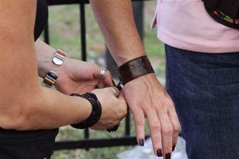 Tự đeo vòng tay cho khách du lịch và đòi tiền